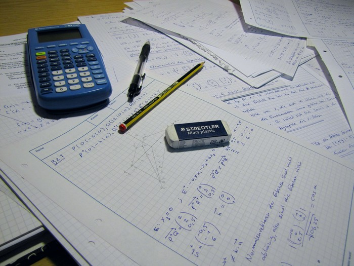 Üben, üben, üben! Das ist die goldene Regel, nur so bekommt man die wichtige Routine. Ich schrieb hunderte Seiten voll mit Matheaufgaben.